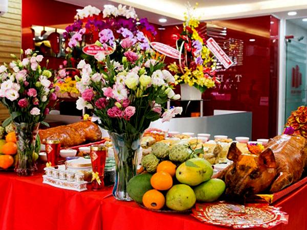 Chuẩn bị mâm cỗ với đầy đủ lễ vật cúng khai trương công ty cửa hàng