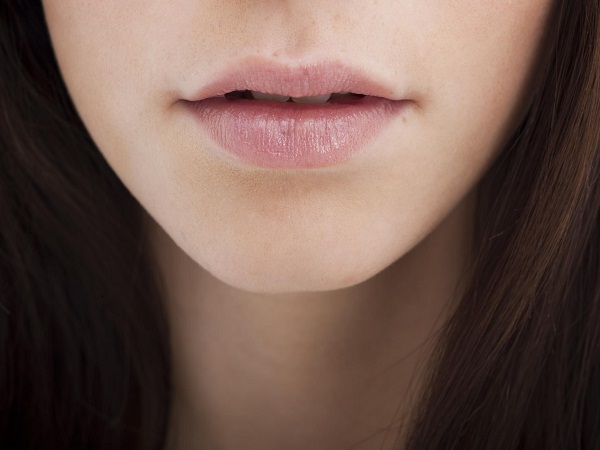 phụ nữ môi mỏng