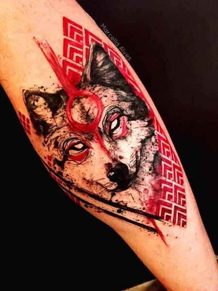 hình xăm chó sói đỏ trên bắp chuối