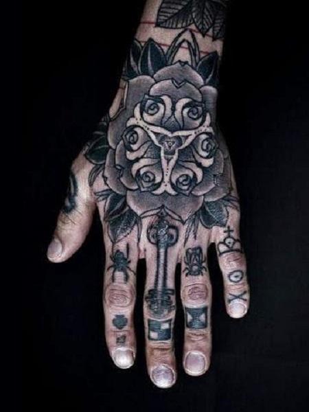 hình xăm hoa trên bàn tay