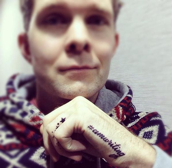 xăm chữ nhỏ ở bàn tay